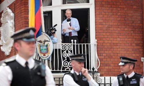 assange_speak_from_balcony